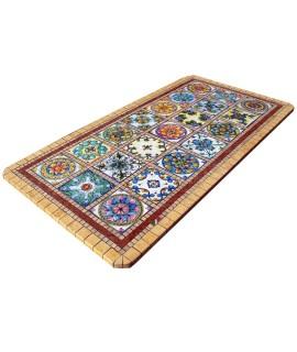 tavolo con patchwork di piastrelle in lavica